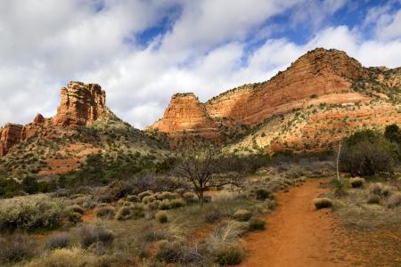Rutas en Sedona Arizona conduce a muchas formaciones rocosas de color rojo y cactus del desierto Foto de archivo - 22177155