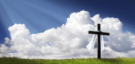 Este dramático panorama Mañana de Pascua Salida del sol con el cielo azul, los rayos de sol, y una gran cruz en una colina cubierta de hierba hace una gran cubierta bandera para la impresión o web