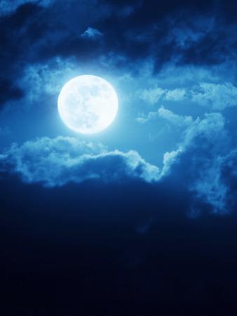 Deze dramatische maansopgang met diepe blauwe nacht tijd hemel en wolken maken een grote magische of romantische achtergrond