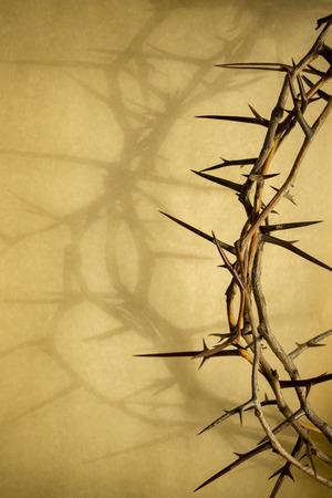 Esta corona de espinas contra el papel de pergamino representa a Jesús Foto de archivo - 26077337