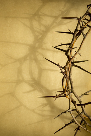 viernes santo: Esta corona de espinas contra el papel de pergamino representa a Jesús Foto de archivo