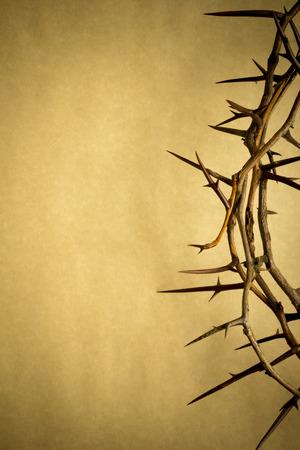 Esta corona de espinas contra el papel de pergamino representa a Jesús Foto de archivo - 26077338