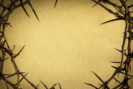 Kroon van doornen tegen perkamentpapier vertegenwoordigt Jezus kruisiging op Goede Vrijdag Stockfoto