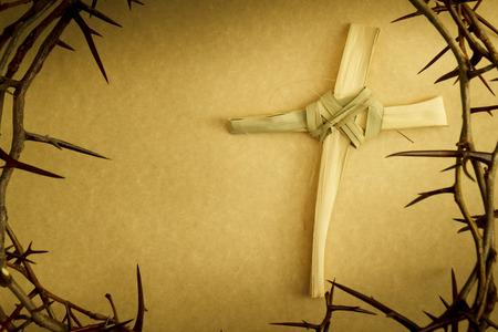 Het Kruis van Pasen Van Palm Branch Omringd Door Crown Of Thorns Stockfoto