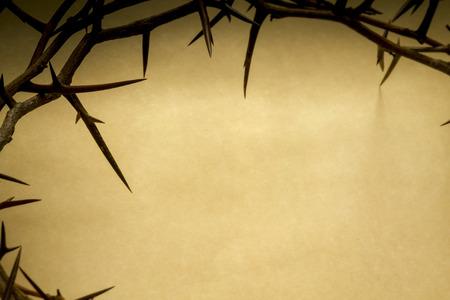 �pines: Couronne d'�pines sur fond de parchemin Repr�sente Crucifixion de J�sus le Vendredi Saint Banque d'images