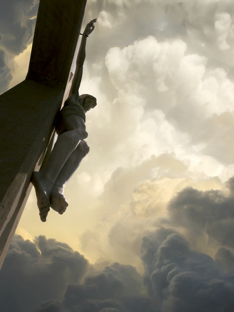 Jezus: Dramatyczne chmury i niebo z Jezusem na krzyżu Reprezentuje Jego Wielki Piątek Ukrzyżowanie Zdjęcie Seryjne