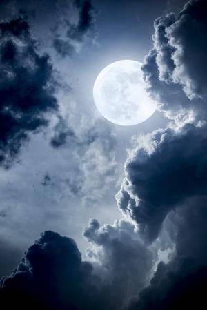 Deze dramatische foto illustratie van een nachtelijke scène met helverlichte wolken en grote volledige Blauwe Maan zou een grote achtergrond voor veel gebruik te maken. Stockfoto