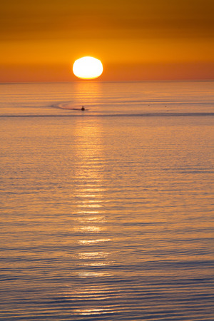 This fishing boat heads home from fishing in front of a beautiful sunset at Clearwater Beach Florida in the Gulf of Mexico. Фото со стока - 40372126