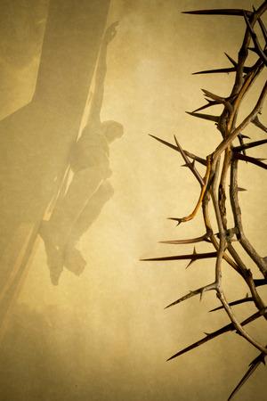 Pasen foto achtergrond afbeelding met een doornenkroon op perkament papier met Jezus Christus aan het kruis op de achtergrond geraakt.