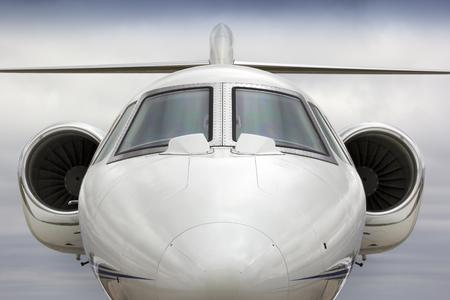 Deze grafische rechtdoor perspectief van een business jet zou een verscheidenheid aan toepassingen in de zakelijke reizen of vliegreizen industrieën.