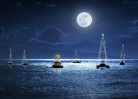 Deze foto illustratie schildert een warme tropische Kerst vakantie scène met volle maan boten versierd met lichtjes en een Palm als een kerstboom.