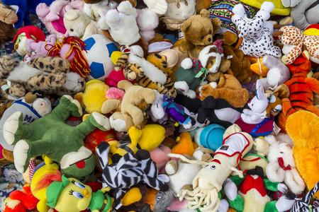 Luchtfoto van een bos van kleurrijke poppen in een vlooienmarkt