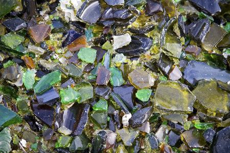 reciclar vidrio: Imagen de vidrios rotos multicolor