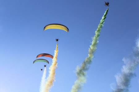 Some pilots, hang gliders, make the spectacular perform photo