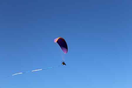 paraglide: Some pilots, hang gliders, make the spectacular perform Stock Photo