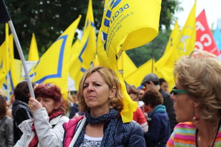 falta de respeto: Mil�n Italia 05 de mayo 2015 demostraci�n sindical Manifestaci�n de empleados de las escuelas p�blicas que manifestaci�n contra la governement