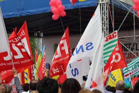irrespeto: Milán Italia 05 de mayo 2015 demostración sindical Manifestación de empleados de las escuelas públicas que manifestación contra la governement