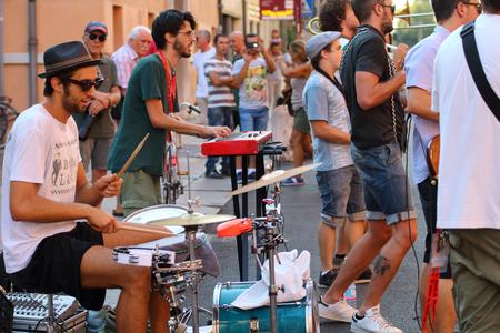 busker: Ferrara, Italia - August 30, 2015: The Ferrara Buskers Festival is dedicated to the art of the street.