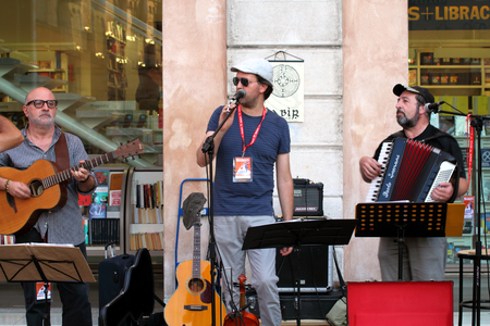pink floyd: Ferrara, Italia - August 25, 2016: The Ferrara Buskers Festival is dedicated to the art of the street. Labìr is a progressive-folk trio, they want to pay homage to the greats of the progressive groups of the 70s (Genesis, Pink Floyd, Led Zeppelin, Jethr Editorial