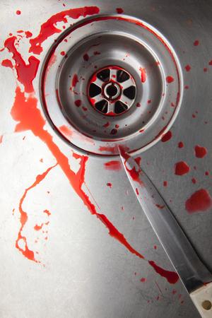 cuchillo de cocina: la sangre y el cuchillo en el fregadero