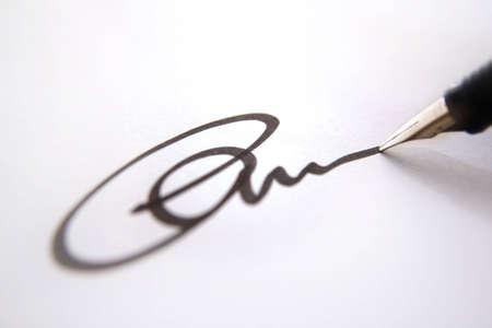edicto: Business firma de aprobación, negro de tinta sobre papel blanco cerca, la profundidad de campo  Foto de archivo
