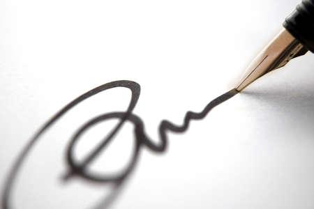 edicto: Business firma de aprobaci�n, negro de tinta sobre papel blanco cerca, la profundidad de campo  Foto de archivo