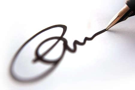 edicto: Business firma de aprobaci�n, negro de tinta sobre papel blanco cerca, la profundidad de campo con un fuerte efecto borroso