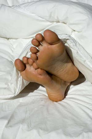 pied fille: Un couple de pieds coller � une plume de duvet