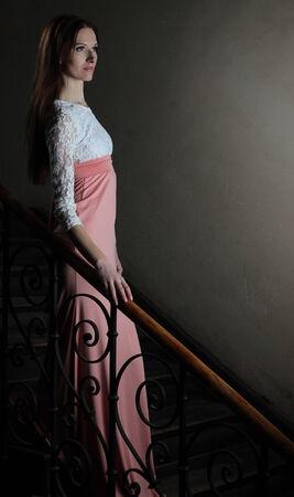 traje de gala: Vestido de noche en las escaleras
