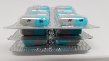 3 paquetes sellados de tabletas azules y grises apiladas una encima de la otra.
