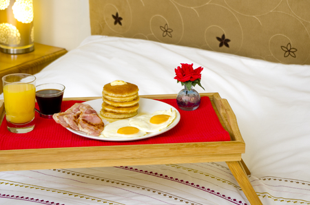 desayuno romantico: Pancake desayuno servido en la cama Foto de archivo