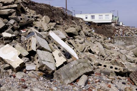 alarming: La erosi�n de la costa este de Yorkshire. La costa este de Yorkshire tiene algunos de los peores de la erosi�n costera en Europa y contin�a para ver propiedades y caminos desaparecen a un ritmo alarmante. Foto de archivo