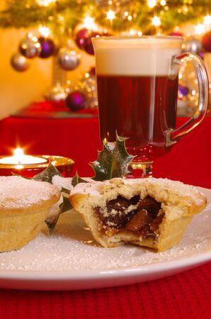 carne picada: Navidad pica la empanada con un café irlandés Foto de archivo