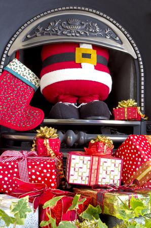 pere noel: Le P�re No�l coinc� dans une chemin�e apr�s la livraison des cadeaux de No�l