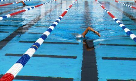 スイミング プールでラップを泳いで女性 写真素材