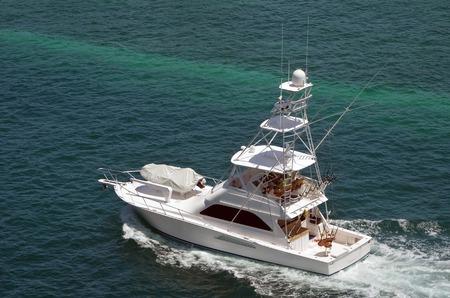 deportes nauticos: Deportivo de lujo barco de pesca que cruza las aguas cristalinas de Nassau en las Bahamas