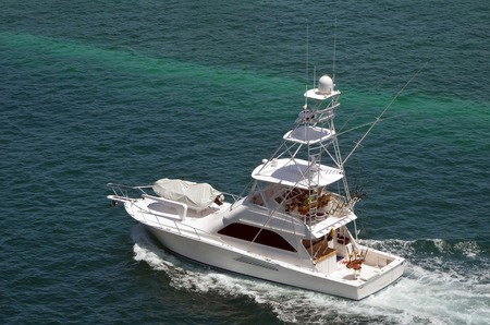 cruising: Luxury sport fishing boat cruising the crystal clear waters of Nassau in the Bahamas