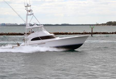 Pesca deportiva Barco de lujo de regresar a su puerto de origen a través de Government Cut, Miami, Florida Foto de archivo - 54769401