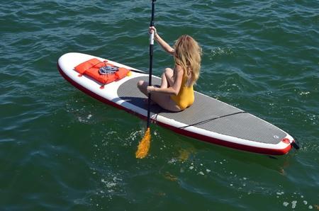 マイアミ ビーチのフロリダの沿岸内水路にパドルボードに漕ぎの女性 写真素材