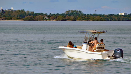 Couple cruising on the florida intra-coastal in a sports fishing boat. Stok Fotoğraf - 92530955