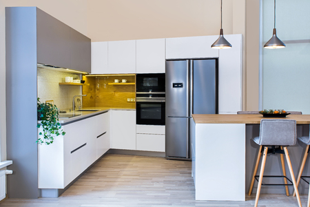 현대 홈 인테리어입니다. 현대 부엌 인테리어 디자인입니다. 객실에는 주방이 있습니다. 주방과 거실이 결합되어 있습니다. 유럽의 가구, 디자인, 기술 스톡 콘텐츠