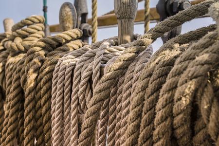 polea: Cuerdas y poleas de madera en un yate de edad, la puesta del sol