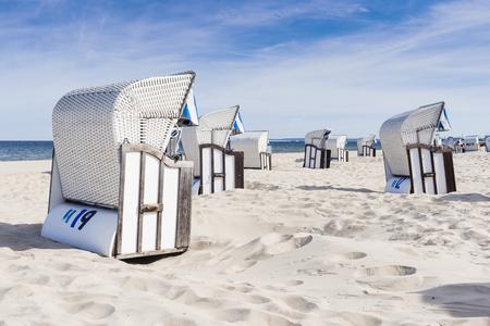 Strandstoelen op het strand. Duitsland.