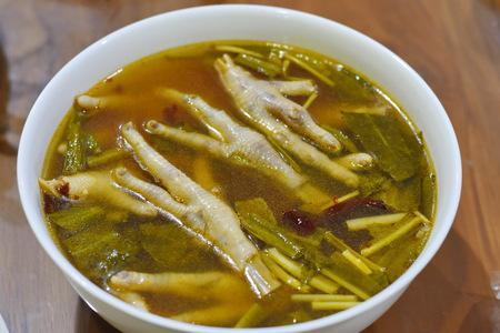 Sopa picante de patas de pollo foto en primer plano