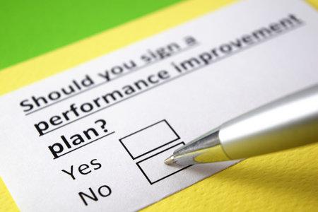 Should you sign a performance improvement plan? Yes or no? Foto de archivo