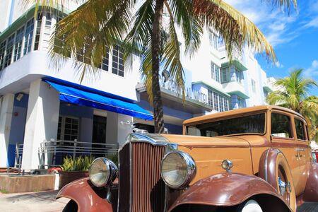 Antique automobile on ocean drive, Art Deco area of South Beach Florida Imagens