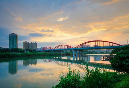 日没まで台北で川に架かるアーチ橋