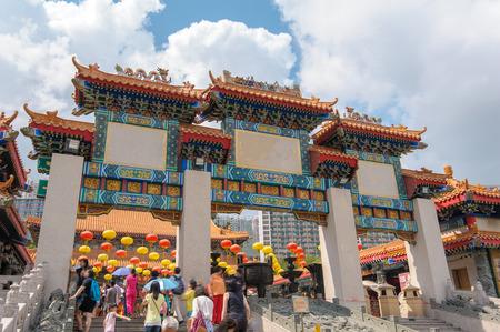 香港のウォン タイ シン寺院の正門 写真素材