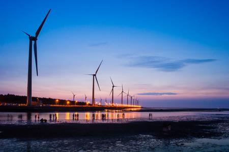 海岸湿地に風タービン配列の sillouette