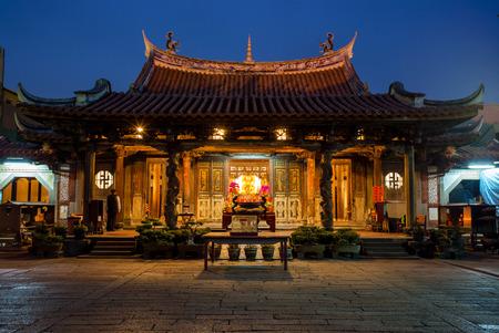 templo: vista nocturna del pulmón shan templo en Lukang, Taiwán